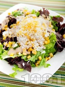 Зелена салата с царевица, варени яйца и сос Хиляда острова от майонеза, кетчуп, горчица и Уорчестър - снимка на рецептата